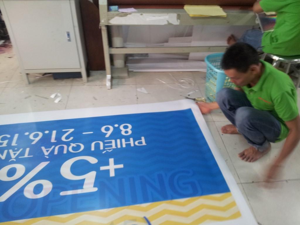Nhân viên CongTyInNhanh trực tiếp tiến hành in ấn và gia công thành phẩm in pp banner cho khách hàng. Quý vị có thể hoàn toàn yên tâm khi đặt in tại đây