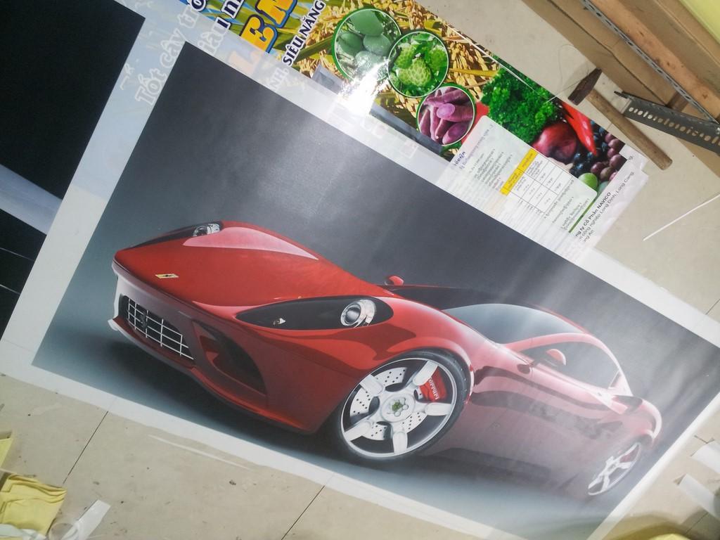 Những mẫu xe mới, đầy vẻ lịch lãm, đẳng cấp được in nổi bật trên tấm backlist film làm tranh treo tường cho showroom ô tô